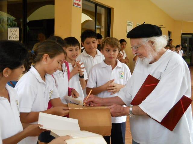 Estudiantes Curie regocijados al recibir a Ernesto Cardenal en ocasión del otorgamiento de la Orden Curie