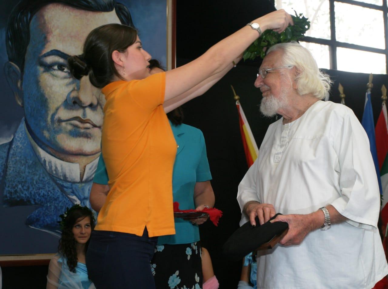 Tania Escorcia, estudiante Senior Curie 2011, imponiendo corona de laurel al Poeta del Cosmos y del Amor, Ernesto  Cardenal